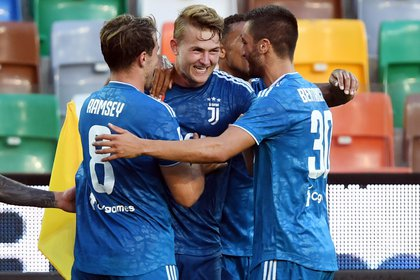 Soccer Football - Serie A - Udinese v Juventus - Dacia Arena, Udine, Italy - July 23, 2020   Juventus' Matthijs de Ligt celebrates scoring their first goal with teammates, as play resumes behind closed doors following the outbreak of the coronavirus disease (COVID-19)   REUTERS/Jennifer Lorenzini