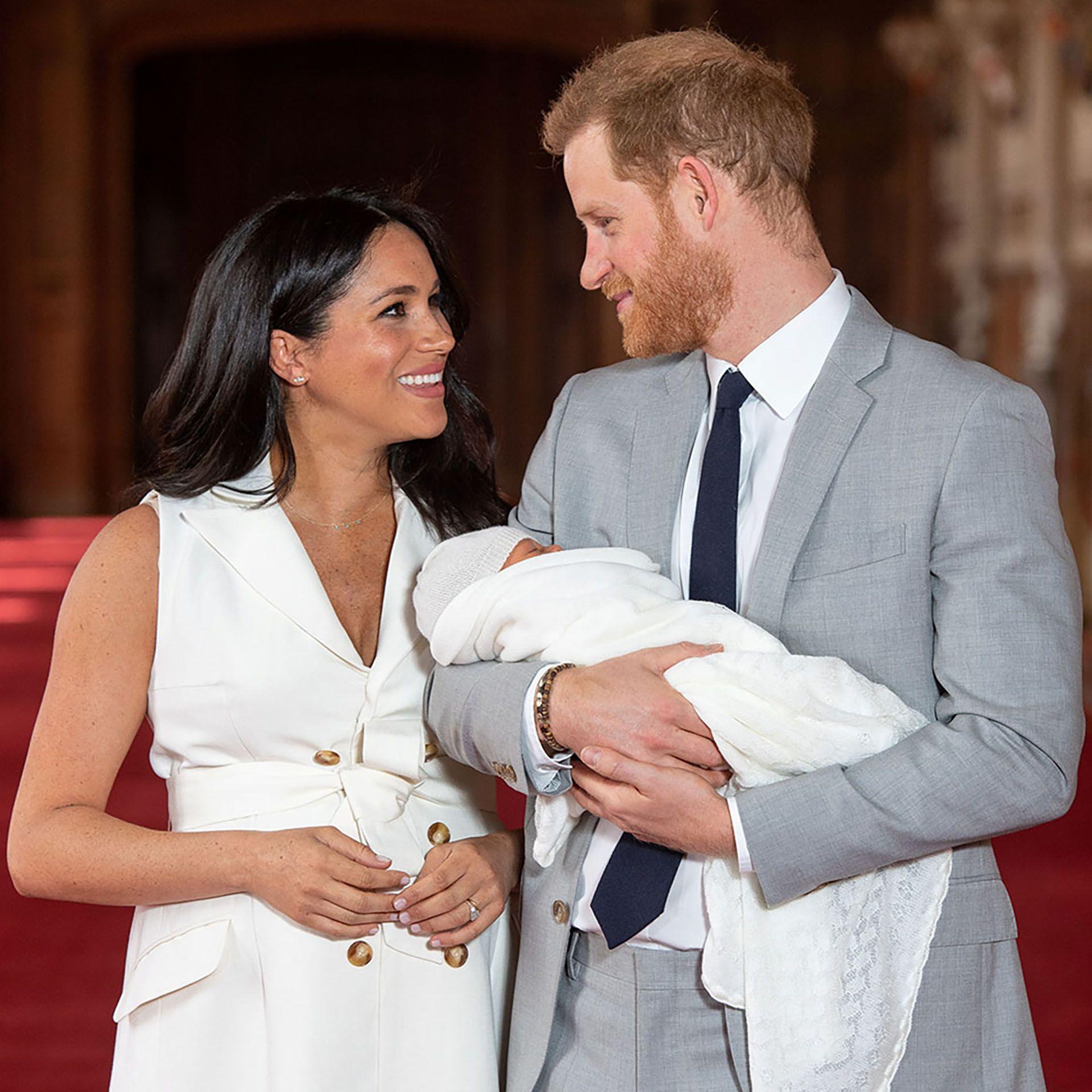 El príncipe Harry y Meghan Markle junto al pequño Archie (REUTERS)