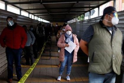 La gente espera para hacerse la prueba de la enfermedad por coronavirus (COVID-19) en Ciudad de México, México, el 20 de noviembre de 2020. (Foto: Carlos Jasso/Reuters)