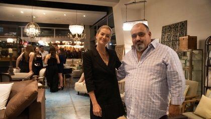 La China Suárez junto a Diego González, uno de los dueños de AG Art & Design by Antigüedades Gonzalez