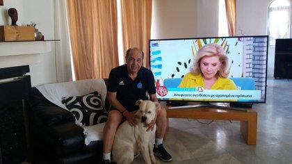 El ex futbolista con uno de sus perros, al que bautizó Perón. Hoy además lo acompañan otras tres mascotas: Batistuta, Pelé y Maradona