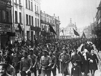 Soldados bolcheviques marchan por las calles de Moscú en 1917. (Foto de © CORBIS/Corbis via Getty Images).