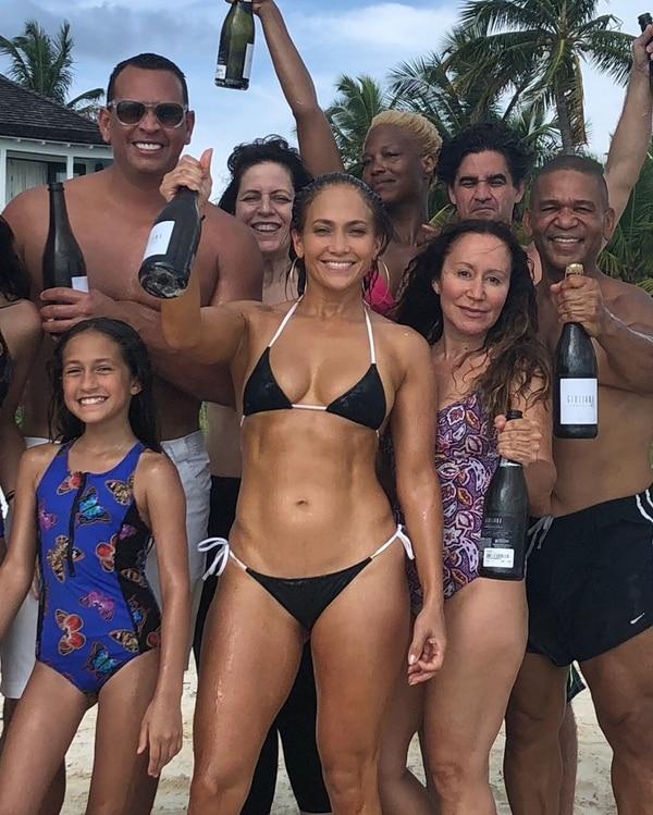 Jennifer Lopez festejando su cumpleaños número 49 junto a su familia y amigos