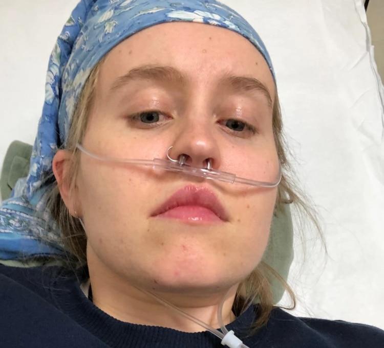 """""""Una parte de mí creía que iba a estar bien, porque era joven y, por lo demás, saludable"""", escribió Fiona Lowenstein, quien se tomó esta selfie para acompañar su columna en The New York Times."""