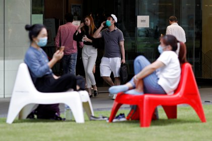 Gente con mascarillas contra el coronavirus en Singapur (REUTERS/Edgar Su)