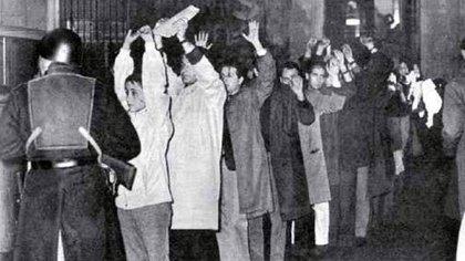 La Noche de los Bastones Largos fue un ataque brutal de Onganía a cinco facultades de la UBA, entre ella a la Facultad de Ciencias Exactas. Este ataque provocó la mayor fuga de cerebros de la historia:renunciaron más de 1.300 docentes y centenares de científicos se fueron del país.