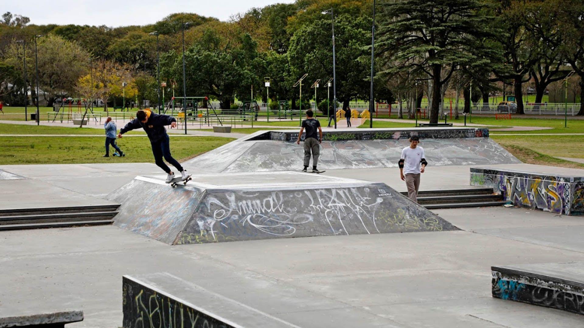 El Paseo de las Américas está ubicado en Ramsay 2200, en el barrio de Belgrano. Este año estrenó un patio de juegos y para quienes desafían la gravedad cuenta con un skatepark. En el último tiempo, muchas disciplinas se trasladaron a los espacios verdes, como el yoga, el baile y otros deportes aún más exóticos como el hockey sobre patines y las destrezas en rollers.ElPaseo de las Américas se convirtió el punto de encuentro para los skaters.