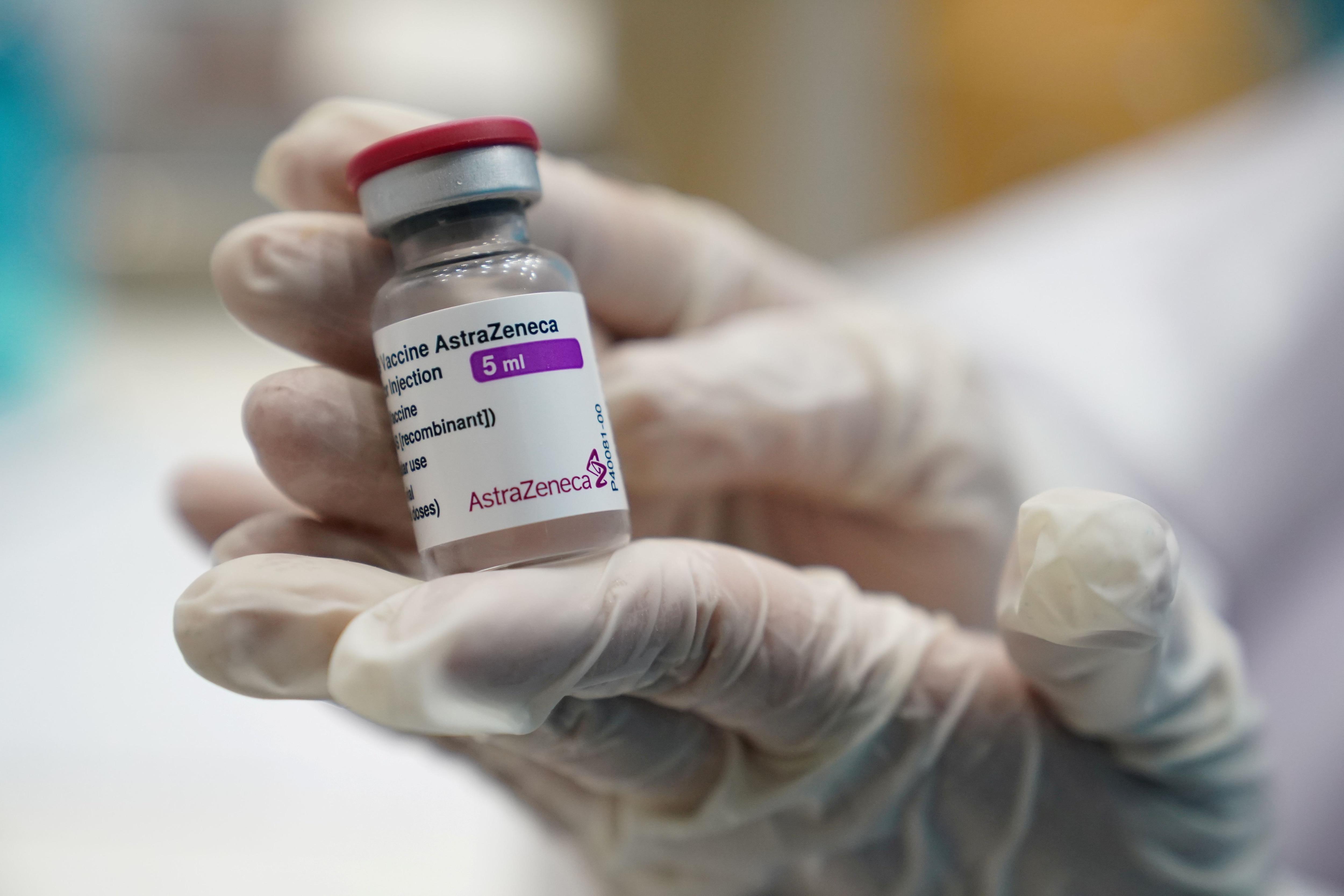 Los expertos afirman que se necesita más información para decidir si las personas podrían eventualmente necesitar dosis de refuerzo de las vacunas de COVID-19 REUTERS/Athit Perawongmetha/File Photo