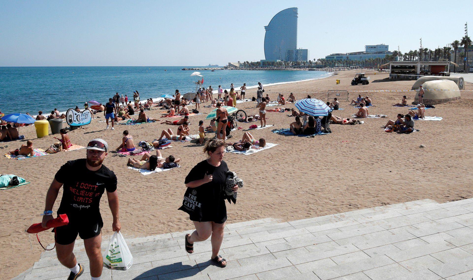 Veraneantes se retiran de la playa por orden policial (Reuters)