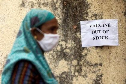 Un aviso sobre la escasez de suministros de vacunas contra la enfermedad del coronavirus (COVID-19) se ve en un centro de vacunación, en Mumbái, India. 8 de abril de 2021. REUTERS/Francis Mascarenhas