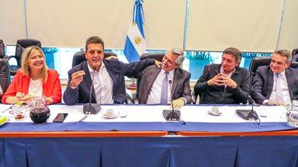 Massa, Fernández y Kirchner, flanqueados por Cristina Álvarez Rodríguez y Agustín Rossi