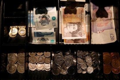 Billetes de libra esterlina y monedas en la caja registradora de una cafetería, Manchester, Gran Bretaña, 21 septiembre 2018. REUTERS/Phil Noble