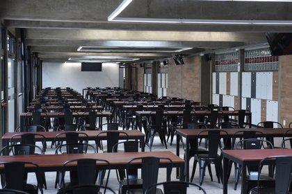 El espacio cubierto con sillas y mesas para que compartan los socios de River