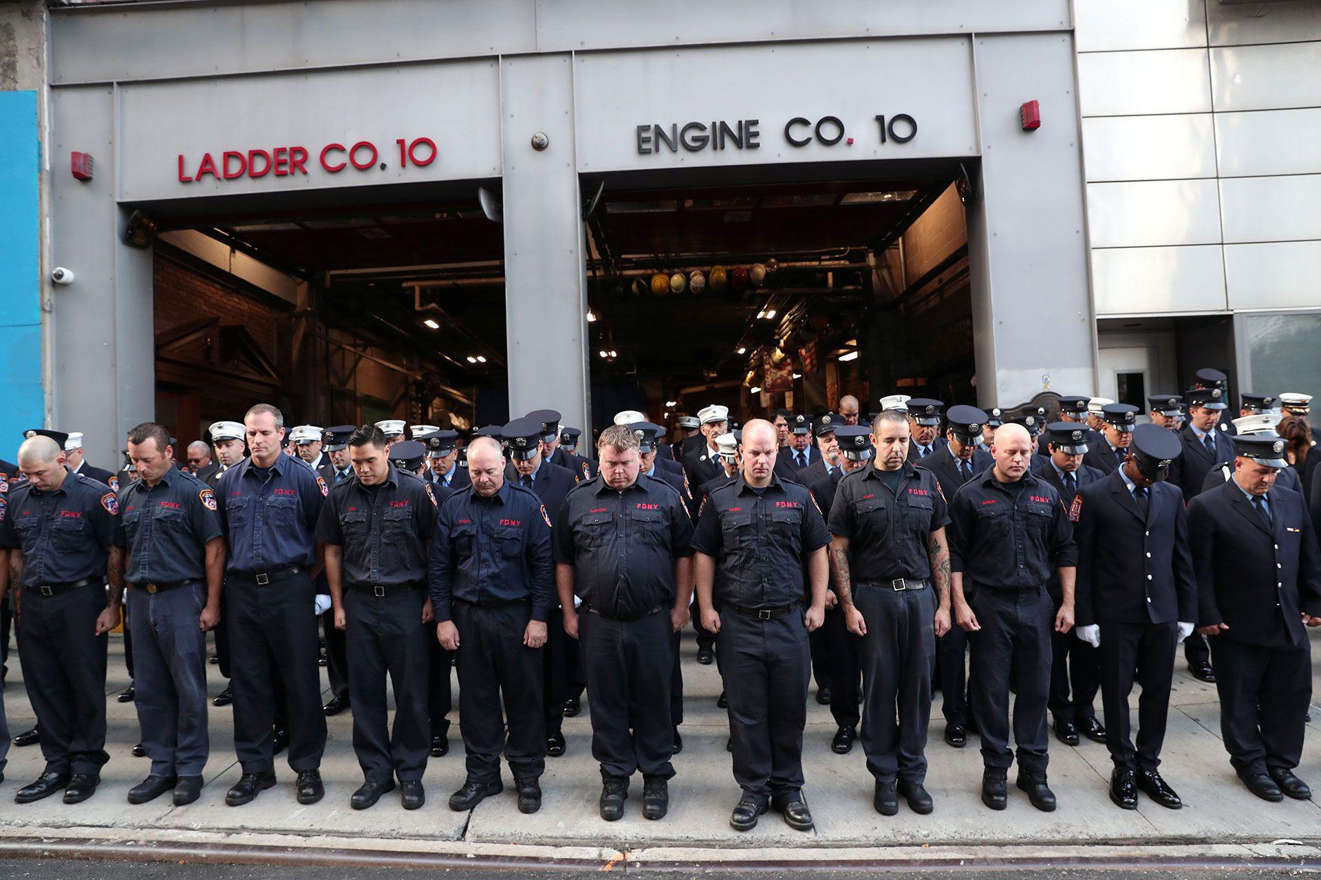 Bomberos, policías y miembros de las Fuerzas Armadas frente a su estación (Reuters)