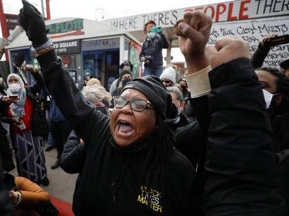 Un grupo de personas reacciona al veredicto en el juicio a Chauvin, declarado culpable de la muerte de George Floyd, en la plaza George Floyd de Minneapolis, Minnesota, Estados Unidos, el 20 de abril de 2021. REUTERS/Octavio Jones