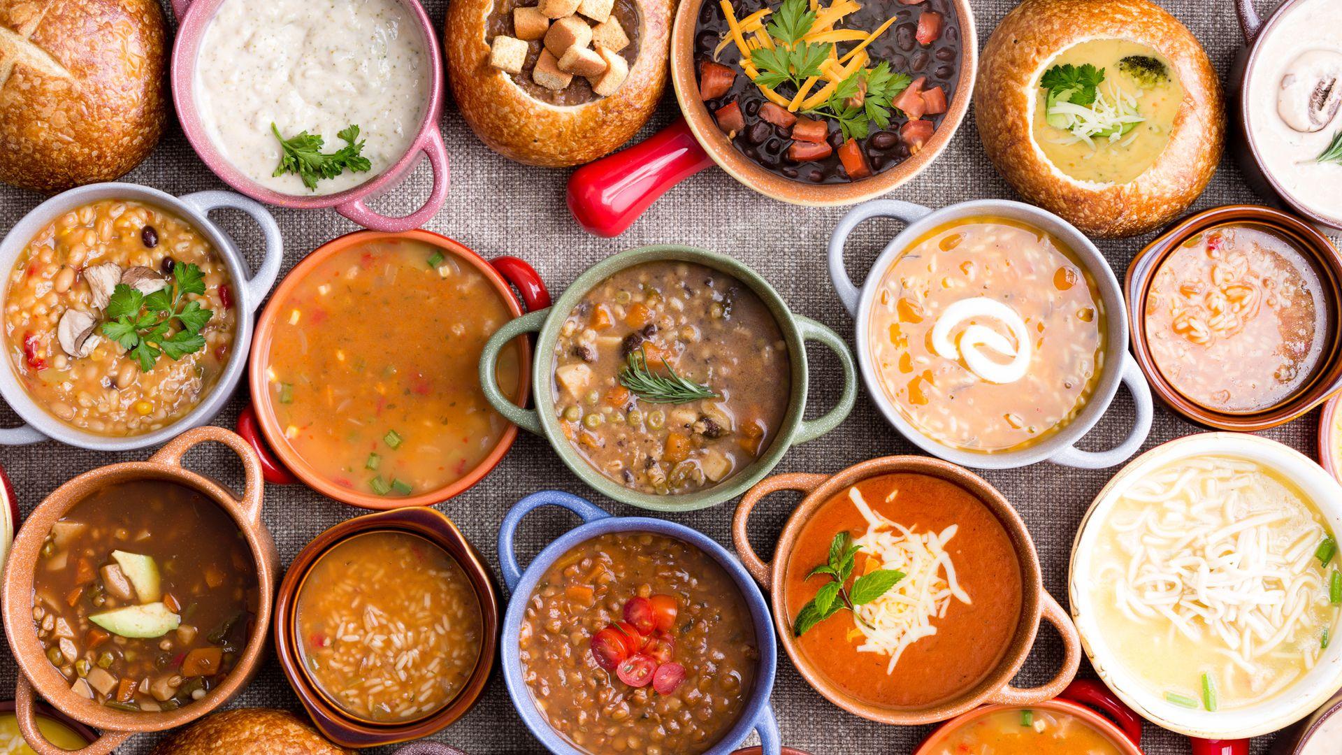 Los caldos son elementos clave de la dieta en los países latinoamericanos. El ajiaco, por su tradición, es el plato preferido por los bogotanos. (iStock)