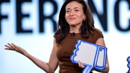 La COOde Facebook, Sheryl Sandberg, elogia cada pregunta antes de proceder a cambiar de tema y repetir el discurso con el cual la empresa intenta mantener el control.(Jerod Harris/Getty Images)