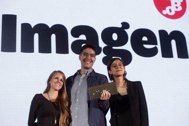El equipo de Univisión Noticias Digital celebra el premio Gabo en la categoría imagen en la séptima edición del Festival Gabo, a lo mejor del periodismo Iberoamericano hoy jueves en Medellín (Colombia). EFE/Luis Eduardo Noriega A.