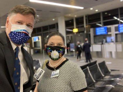 Landau y Bárcena, embajadores en México y EEUU respectivamente, esperan a AMLO en el aeropuerto de Dulles (Foto: Twitter @USAmbMex)