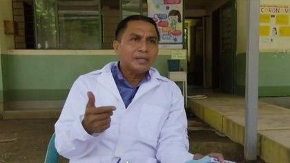 El médico Oswaldo López Herrera atiende por las mañanas una clínica en una zona rural y por la tarde visita  pacientes graves de coronavirus y atiende un modesto consultorio propio Foto: (Captura de pantalla Noticieros Televisa)