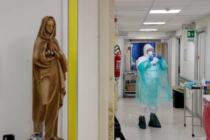 Un trabajador médico en el hospital San Filippo Neri, donde se trata a los pacientes que sufren COVID-19, en Roma, Italia, el 30 de marzo de 2020. (REUTERS/Guglielmo Mangiapane)