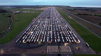 Camiones estacionados en el aeropuerto de Manston (William EDWARDS / AFP)