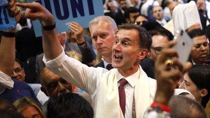El legislador conservador y contendiente a la dirección del partido Jeremy Hunt saluda a losseguidores el 17 de julio de 2019 (Foto de Tolga Akmen / AFP)