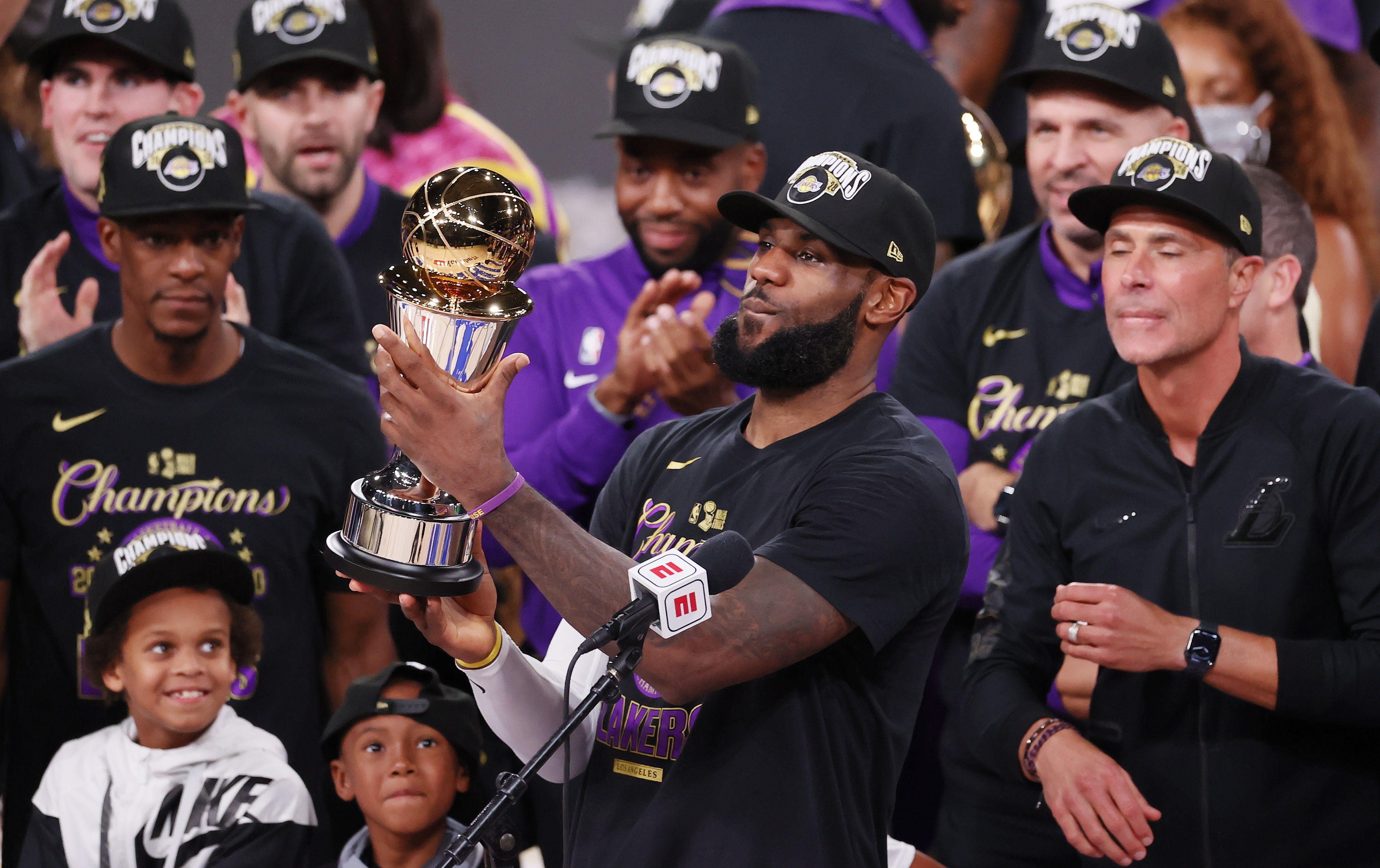 LeBron con el trofeo al MVP de las finales de la NBA (EFE/Erik S Lesser)