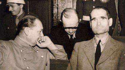 Rudolph Hess y Hermann Goring intercambian impresiones durante el juicio de Nuremberg. Shutterstock