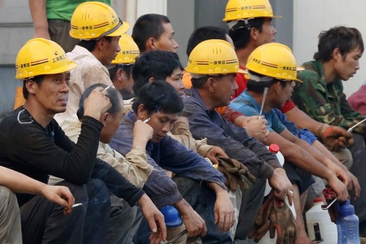Obreros chinos durante un descanso. China suele llevar a su excedente mano de obra por el mundo, pagando poco y sometiéndola a condiciones de trabajo deplorable