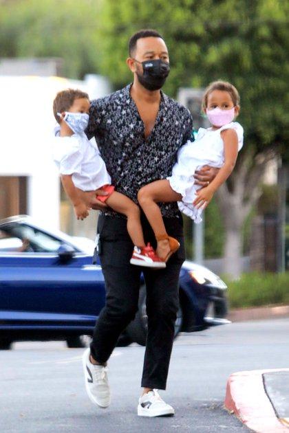 """John Legend fue a una tienda de comestibles con sus hijos en Los Ángeles. El cantante de 41 años lució una camisa con estampado de estrellas, pantalón negro y zapatillas blancas. En los premios Billboard, el artista le dedicó el tema """"Never Break"""" a su esposa, Chrissy Teigen, que perdió un embarazo de cinco meses (Foto: The Image Direct / The Grosby Group)"""
