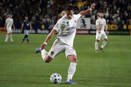Chicharito llegó para suplir la baja de Ibrahimovic, ex goleador del club (Foto: USA Today)