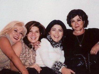 Victoria Ruffo con sus hermanas y su madre (IG: victoriaruffo)