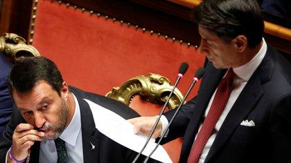 Matteo Salvini besa un rosario mientras el primer ministro italiano Giuseppe Conte se dirige al Senado para anunciar su renuncia tras la crisis desatada por el líder de la Liga, el 20 de agosto de 2019 (REUTERS/Yara Nardi)