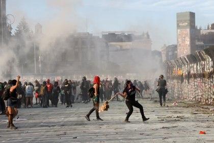 En diversas imágenes se ven a mujeres en la marcha, pero en muy pocas se les ve agrediendo al personal de la SSC (Foto: Reuters / Carlos Jasso)