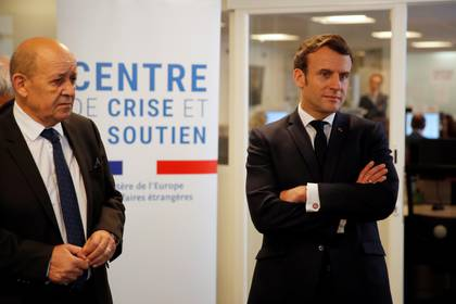 El presidente francés Emmanuel Macron y el ministro de exterior Jean-Yves Le Drian visitan el centro de Gestión y Apoyo de Crisis del ministerio de Exterior en París (Francois Mori via REUTERS)