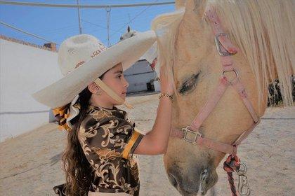 Marian junto a Flash, su caballo favorito (IG: marianlorettemx)