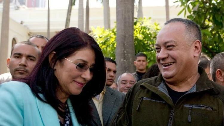 Viejos tiempos: Cilia Flores junto a Diosdado Cabello (Foto: AP)