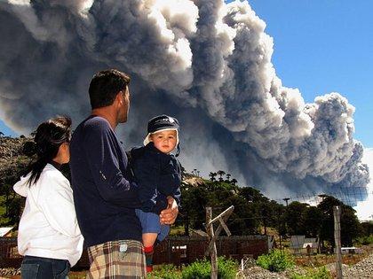 """De los al menos 38 volcanes activos de la Argentina (aquellos que tuvieron al menos una erupción en los últimos 10.000 años), el Copahue, compartido entre la provincia de Neuquén y la región chilena de Biobío, es el más """"agitado"""" de la actualidad en el país (Télam)"""