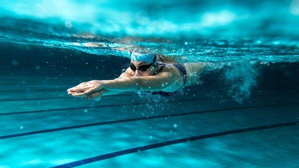 La natación es una de las primeras referidas cuando se habla de deportes saludables (iStock)