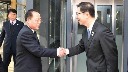 El jefe de la delegación de Corea del Sur Chun Hae-Sung saluda su par norcoreano Jon Jong-Su (AFP/ Ministerio de la Reunificación de Corea del Sur)