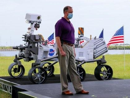 El director de la NASA, Jim Bridenstine posa con una réplica del rover Perseverance durante una conferencia de prensa en el Centro Espacial Kennedy Space Center, Cabo Cañaveral, Estados Unidos, Julio 29, 2020. REUTERS/Joe Skipper