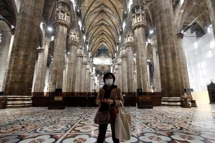 Un turista visita la catedral del Duomo de Milán, ya que se reabrió al público por primera vez desde el brote de coronavirus en el norte de Italia, en Milán, Italia, el 2 de marzo de 2020  (REUTERS)
