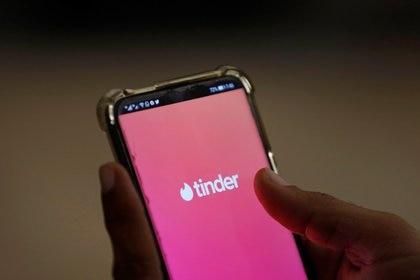 """Economistas muy serios estudiaron que si había una limitación en la cantidad de veces que se podía hacer """"swipe"""" en Tinder"""