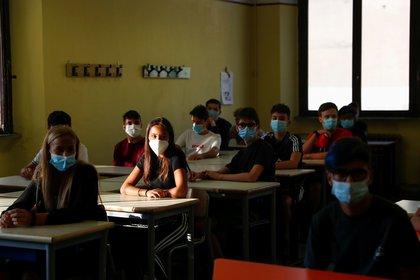 El riesgo aumenta debido la conjunción de la vuelta a los colegios, la temporada de gripe y la mayor mortalidad de los ancianos durante el invierno, según la OMS. En la foto, el primer día de clase en una escuela secundaria de Roma (REUTERS/Yara Nardi)