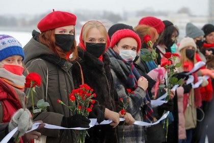 Manifestantes forman una cadena humana durante una protesta para apoyar a las presas políticas y reclamar contra la violencia policial, en San Petersburgo, Rusia. 14 de febrero de 2021. REUTERS/Anton Vaganov