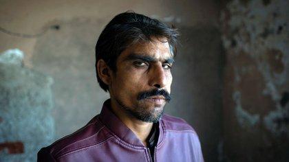 Sabir Masih posa en la ciudad paquistaní de Lahore(EFE)