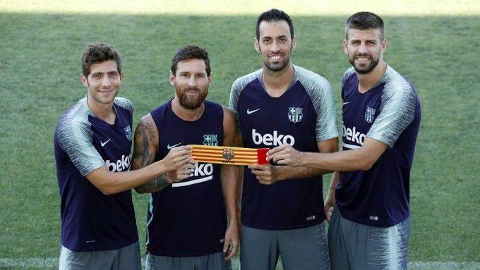 Sergi Roberto, el primero de la izquierda, es uno de los cuatro jugadores que pueden llevar la cinta de capitán en el Barcelona (FCB/MIGUEL RUIZ)