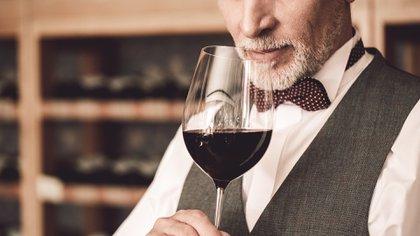Las personas que mezclan bebidas pueden estar bebiendo más alcohol porque están probando diferentes tipos (Shutterstock)