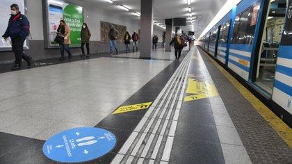 La Secretaría de Transporte porteña está trabajando en todos los protocolos para ir ampliando lenta y paulatinamente el transporte público en colectivos y trenes (Maximiliano Luna)